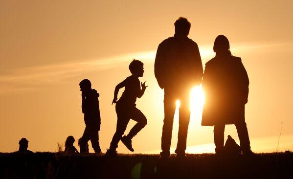 La gente al tramonto a Berlino, Germania, il 7 aprile 2020 - Sputnik Italia