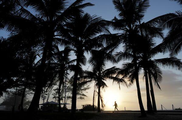 Un uomo al tramonto sulla spiaggia di Recreio dos Bandeirantes a Rio de Janeiro, Brasile, il 4 aprile 2020 - Sputnik Italia