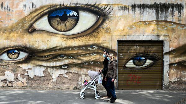 Una coppia nel quartiere di Trastevere a Roma, il 13 aprile 2020  - Sputnik Italia