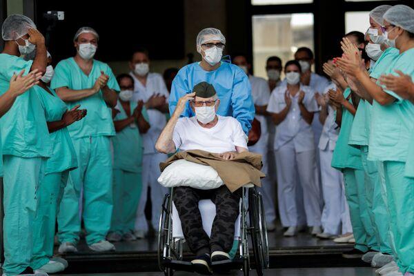 Ermando Armelino Piveta di 99 anni, ex combattente brasiliano della Seconda Guerra Mondiale, lascia l'ospedale delle forze armate, dopo essere stato curato dal nuovo coronavirus a Brasilia, Brasile, il 14 aprile 2020 - Sputnik Italia