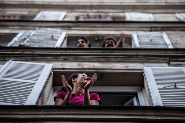 I parigini applaudono dalle loro finestre per mostrare il loro sostegno agli operatori sanitari a Parigi, il 14 aprile 2020 - Sputnik Italia