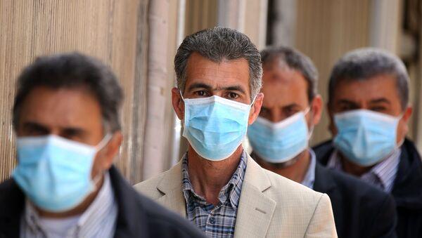 Libici mentre fanno la fila in banca con maschere chirurgiche, Tripoli 1° aprile 2020  - Sputnik Italia