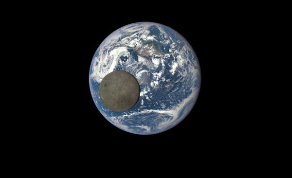 Uno scatto unico della Luna sullo sfondo della Terra, fatto dal satellite Deep Space Climate Observatory. - Sputnik Italia