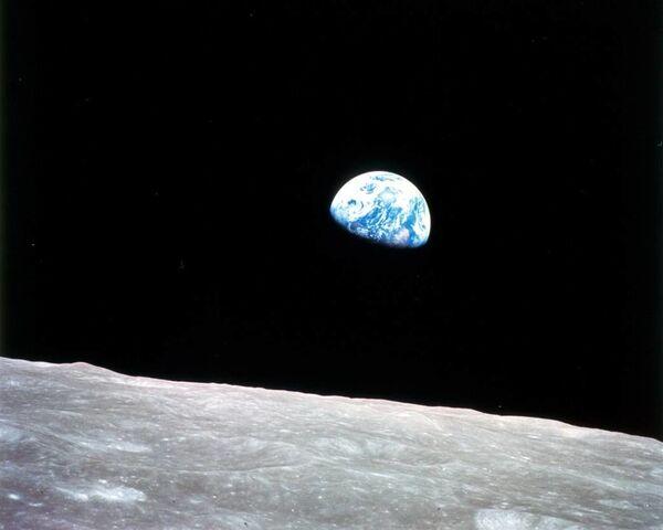 La prima fotografia della Terra dall'orbita selenocentrica fatta il 24 dicembre 1968 nel corso della missione Apollo 8. - Sputnik Italia