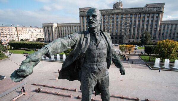 Monumento a Vladimir Lenin sulla piazza di Mosca a San Pietroburgo - Sputnik Italia