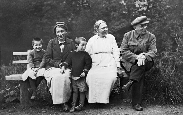 Vladimir Lenin e Nadezhda Krupskaya a Gorki, 1922 - Sputnik Italia