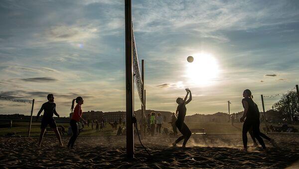 Persone giocano a beach volley a Stoccolma, 20 aprile 2020 - Sputnik Italia