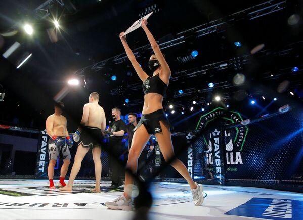 Una ragazza prima dell'inizio del campionato di combattimento di MMA, Bielorussia, 17 aprile 2020 - Sputnik Italia