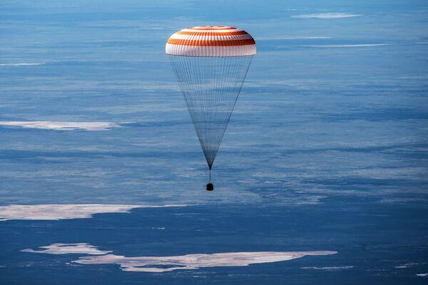 Atterraggio della Soyuz MS-15 con tre membri dell'equipaggio della Stazione Spaziale Internazionale, Kazakistan - Sputnik Italia