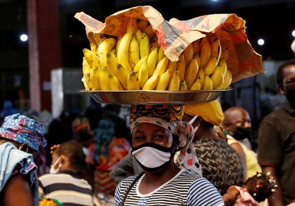 Una venditrice che indossa una mascherina per proteggersi dal coronavirus (COVID-19)  ad Abidjan, Costa d'Avorio, il 22 aprile 2020 - Sputnik Italia