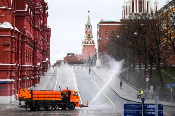 La disinfezione delle strade e dei marciapiedi vicino alla Piazza Rossa di Mosca, Russia - Sputnik Italia
