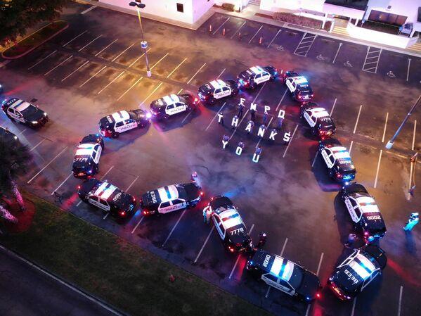 Il Dipartimento di Polizia di Fort Myers ringrazia gli operatori sanitari del Lee Memorial Hospital, a Fort Myers, negli Stati Uniti, il 16 aprile 2020 - Sputnik Italia