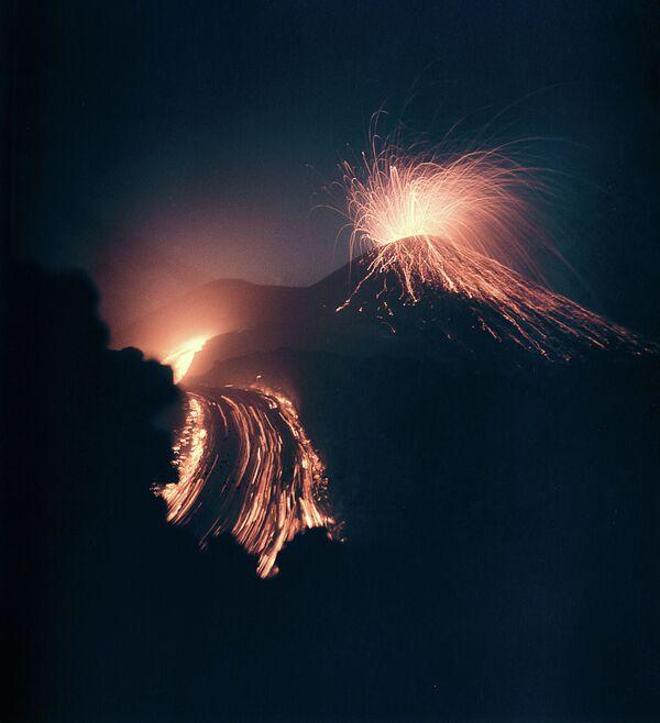 L'eruzione del vulcano di Klyuchevskaya Sopka, Russia - Sputnik Italia