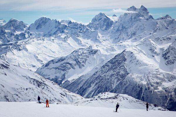 Il vulcano Elbrus con i suoi 5642 metri è la vetta più alta del Caucaso, Russia - Sputnik Italia