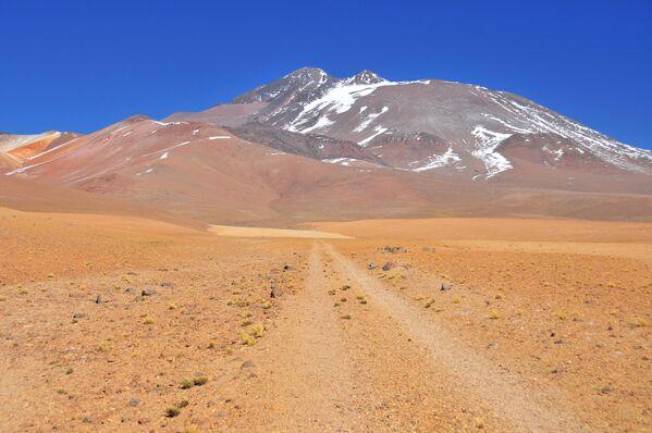 Il Llullaillaco è un vulcano che si trova nelle Ande, sul confine tra Cile e Argentina, e la sua cima raggiunge i 6.723 metri. - Sputnik Italia