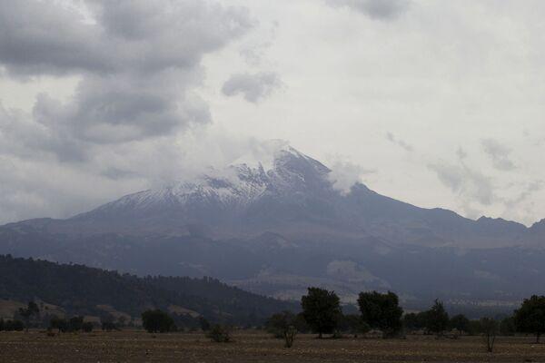 Il Pico de Orizaba è uno dei tre vulcani messicani, assieme al Popocatépetl e l'Iztaccíhuatl ad avere la vetta coperta da ghiacciaio perenne - Sputnik Italia