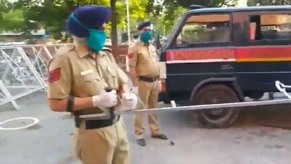 La polizia di Chandigarh ha ideato questo modo unico di combattere i sospetti malati di coronavirus e i violatore delle restrizioni non cooperanti - Sputnik Italia