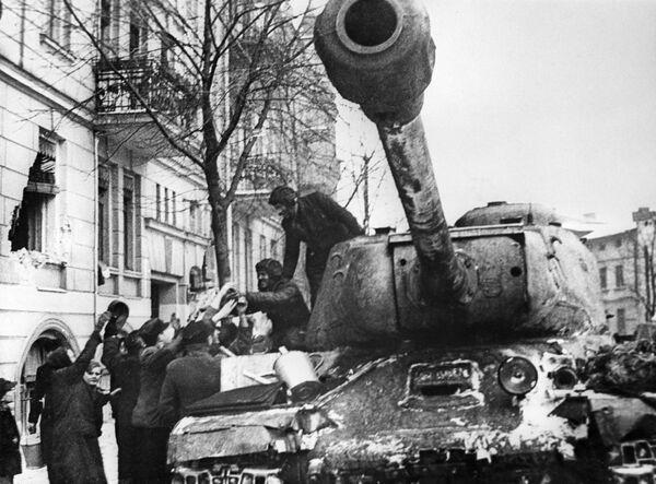 IS (dalle iniziali di Iosif Stalin, noti anche come serie JS) furono una serie di carri armati pesanti sovietici, sviluppata tra gli anni 1940 e 1950.  - Sputnik Italia