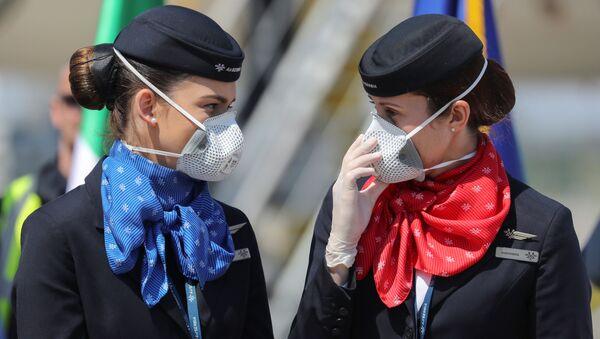 Стюардессы в защитных масках в аэропорту Белграда - Sputnik Italia
