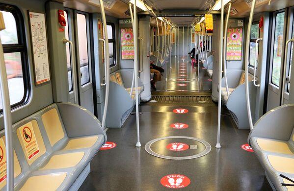 Metropolitana a Milano dopo l'inizio della Fase 2, Italia, il 4 maggio 2020 - Sputnik Italia