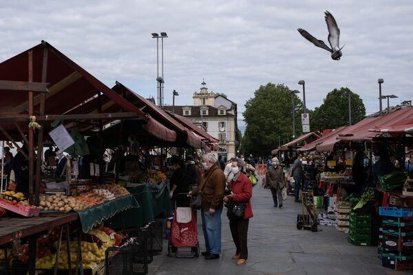 La gente fa acquisti al mercato alimentare a Torino dopo l'inizio della Fase 2, Italia, il 4 maggio 2020 - Sputnik Italia