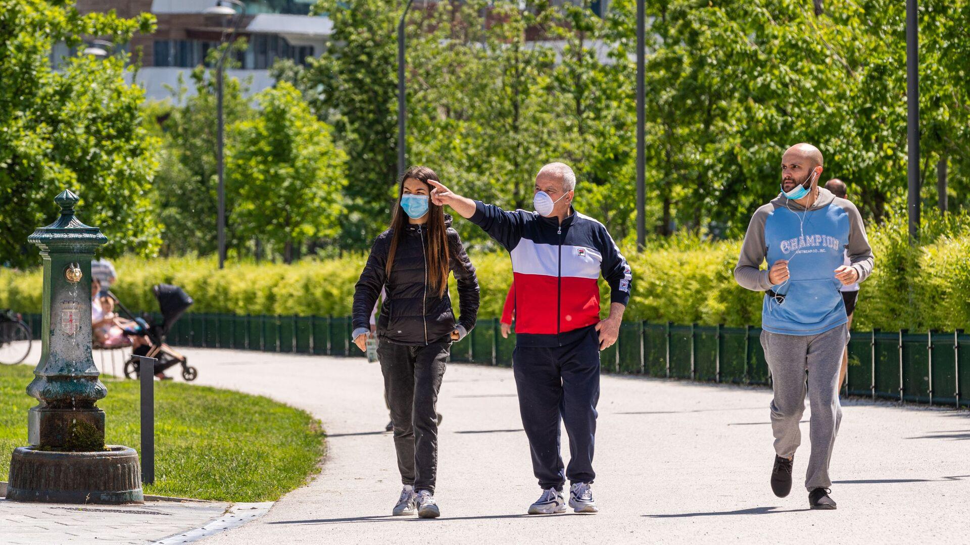 Gli italiani passeggiano per un parco a Milano dopo l'l'allentamento delle misure anti-Covidлана - Sputnik Italia, 1920, 01.07.2021