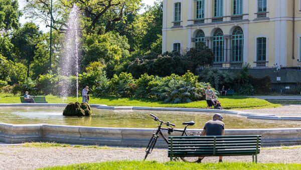 Gli italiani in un parco a Milano dopo l'l'allentamento delle misure anti-Covid - Sputnik Italia
