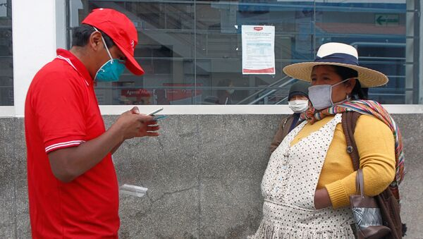 People in the highland city of Puno, close to the border with Bolivia, queue outside a bank on May 4, 2020 to collect the second bonus of 380 soles -about 107 US dollars- of governmental aid to help low income families to stay at home to fight the spread of the new COVID-19 coronavirus. - Sputnik Italia