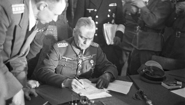 Wilhelm Keitel, generale tedesco, a nome dell'Alto Comando Tedesco firma l'Atto di resa militare tedesca il 8 maggio del 1945 - Sputnik Italia