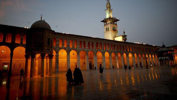 Donne mussulmane camminano nel cortile della Moschea Umayyad di Damasco, Siria, mercoledì 2 ottobre 2018 - Sputnik Italia