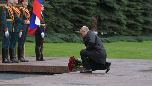 Il presidente russo Putin depone dei fiori alla tomba del Milite Ignoto - Sputnik Italia