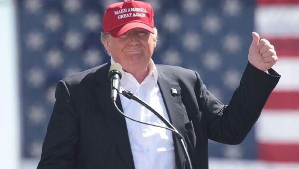 Donald Trump con berretto Make America Great Again - Sputnik Italia