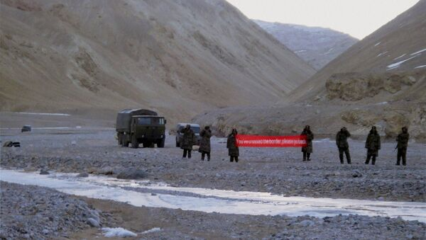 (File) In this May 5, 2013 file photo, Chinese troop hold a banner which reads, You've crossed the border, please go back, in Ladakh, India - Sputnik Italia