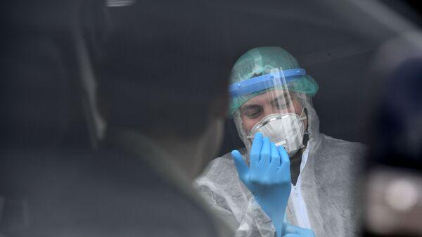 Un operatore medico si prepara per fare il prelievo di sangue per un test al coronavirus - Sputnik Italia