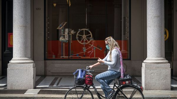 Una ragazza va in bici in Via Roma a Torino - Sputnik Italia