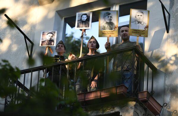 I residenti di un condominio con le fotografie dei parenti che parteciparono alla Seconda Guerra Mondiale a Sebastopoli, Russia. - Sputnik Italia