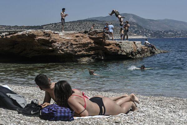 Una spiaggia nei pressi di Atene, Grecia. - Sputnik Italia