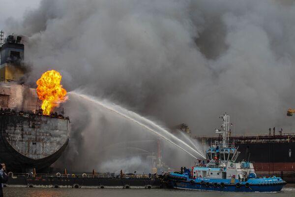 Un incendio viene spento su una petroliera a Belawan, Indonesia. - Sputnik Italia