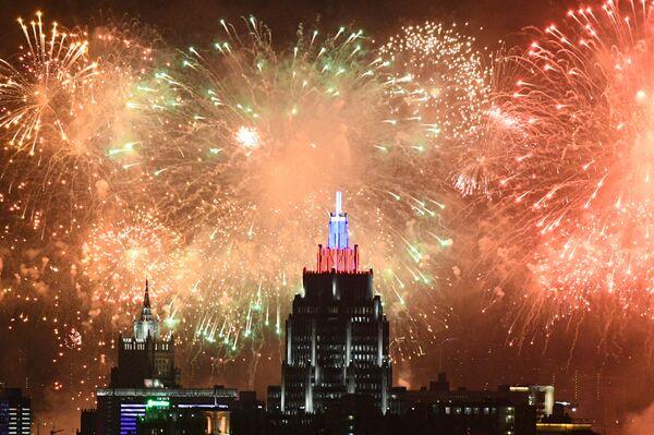 I fuochi d'artificio a Mosca per i 75 anni della Vittoria. - Sputnik Italia
