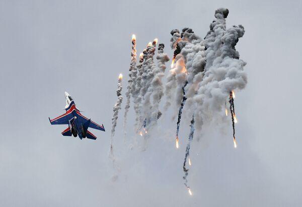 Il caccia Su-30SM della pattuglia acrobatica Cavalieti russi alla festa d'aviazione per la Giornata della Vittoria - Sputnik Italia