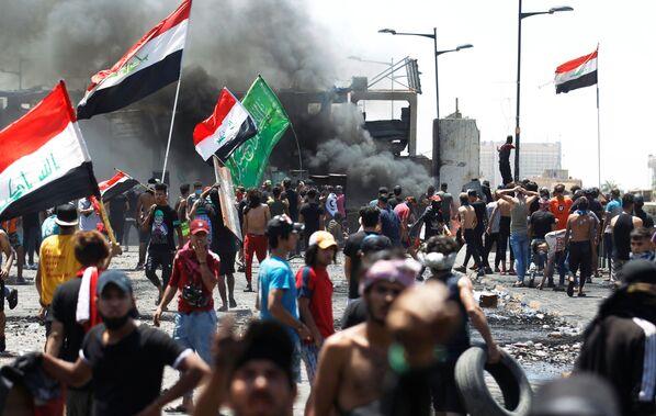 Manifestanti alla protesta a Baghdad, Iraq. - Sputnik Italia