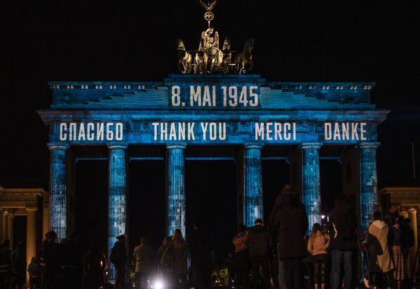 La proiezione con la scrittura Grazie in russo, inglese, francese e tedesco a Berlino. - Sputnik Italia