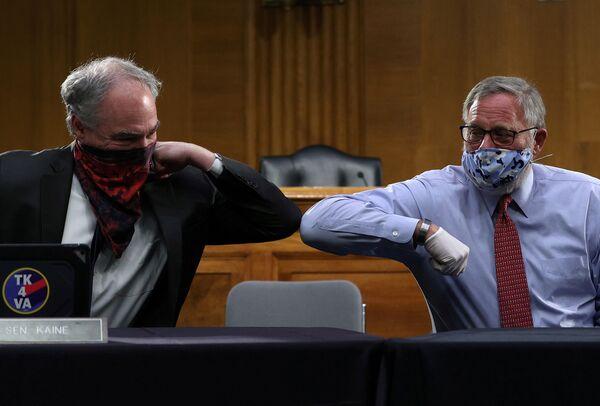 I senatori USA Richard Burr e Tim Kaine si salutano a Washington, USA - Sputnik Italia