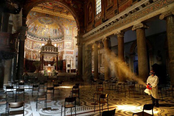 La sanificazione della basilica di Santa Maria in Trastevere. - Sputnik Italia