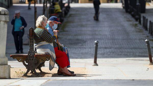Persone con la mascherina a Madrid - Sputnik Italia