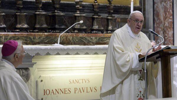 Papa Francesco ha riaperto le celebrazioni liturgiche con i fedeli dando inizio al rito presso la tomba di Giovanni Paolo II in occasione del centenario della nascita del pontefice polacco, nella Basilica di San Pietro - Sputnik Italia