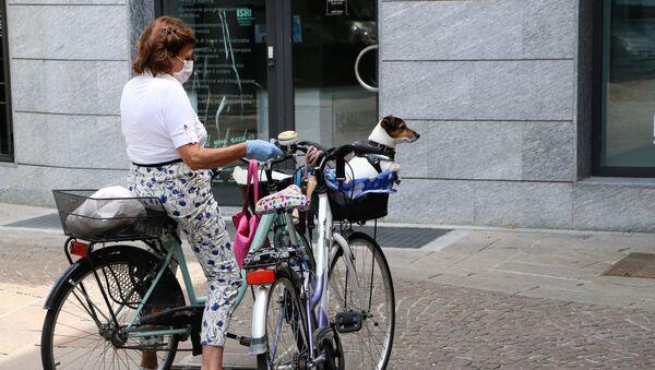 Fase 2, una donna con un cane a Milano - Sputnik Italia