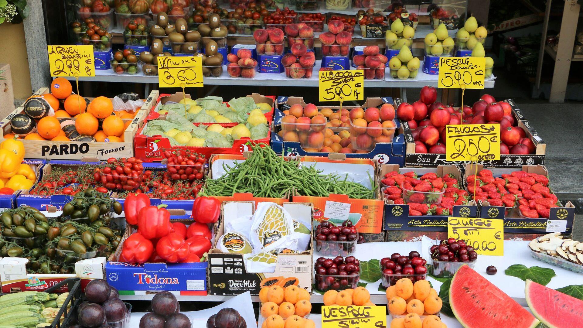 La verdura e la frutta in un negozio a Milano - Sputnik Italia, 1920, 16.09.2021