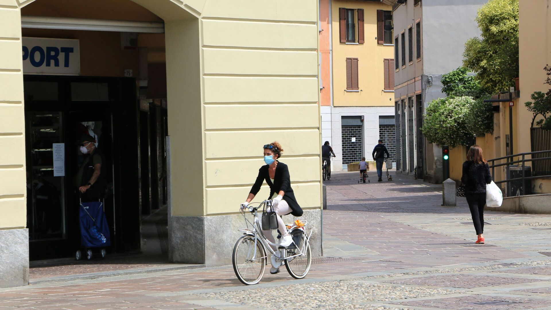 Fase 2, le persone a Milano - Sputnik Italia, 1920, 26.09.2021
