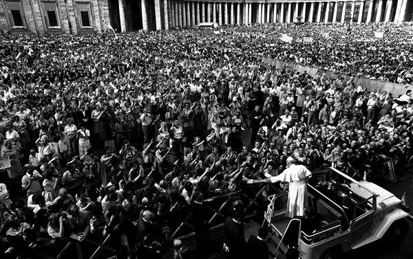 Papa Giovanni Paolo II con i fedeli, Vaticano, 2005  - Sputnik Italia